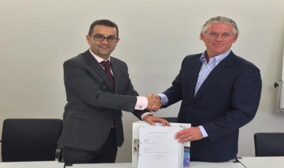 Podpisanie umowy. Na zdjęciu Rafał Chwast i Ed van Dijk